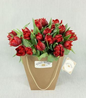 Красные тюльпаны в крафт-пакете